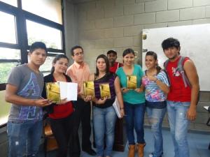 El escritor con estudiantes del CUROC